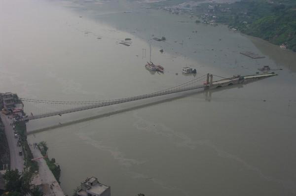 Горный обвал разрушил часть моста. Провинция Сычуань. Фото с epochtimes.com