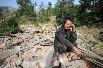 Во время землетрясения в Сычуани погибло около 100 тыс. человек. Фото с epochtimes.com