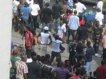 Около 200 африканцев устроили протест в Китае против действий полиции. Фото: epochtimes.com