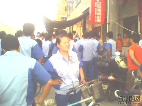 Рабочие автомобильного завода «Фэйшень» протестуют против рабского труда и понижения зарплаты. Фото с epochtimes.com