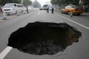 Посередине дороги пекинского района Чаоян образовалась яма. 27 июля 2009 год. Фото с epochtimes.com