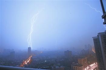 Самая сильная гроза в этом году прошла в городе Ухань. Фото с epochtimes.com