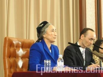 Ребия Кадир (Rebiya Kadeer) выступает на пресс-конференции в Токио. 29 июля 2009 год. Фото: The Epoch Times