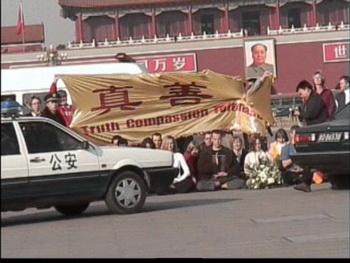 Западные последователи Фалуньгун выражают мирный протест на площади Тяньаньмэнь в Пекине. Фото: faluninfo.de