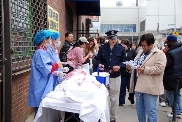 Инсценировка извлечения органов у живых людей, практикующих Фалуньгун. Фото: Великая Эпоха