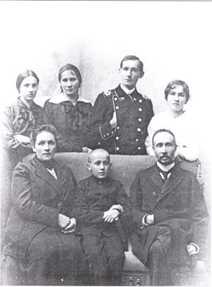 Семья Ивана Егоровича стеблин-Каменского (Наташа, Таня стоят слева). Фотография 1912-1914 гг./Великая Эпоха