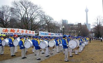 8 марта 2009 г. сотни жителей Торонто провели митинг в Grange Park с целью   поддержать 50 миллионов китайцев, вышедших из рядов КПК. Фото: Великая Эпоха