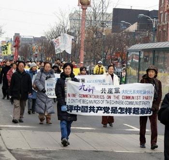 Парад в поддержку кампании выхода из КПК движется по китайскому району. Фото: Великая Эпоха