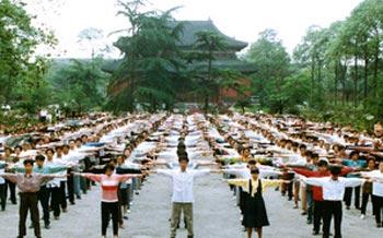С 1992 года медитативная практика Фалуньгун публично распространилась. По всему Китаю возникли группы занятий, как, например, в Ченду. Со времени начала преследования в Китае стало невозможно заниматься на улице. Фото с сайта faluninfo.ru