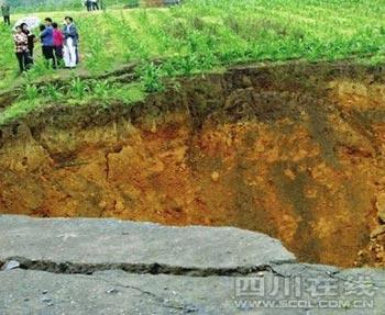 В посёлке Хунчао провинции Сычуань образовался провал в земле. 26 мая 2009 г. Фото с epochtimes.com