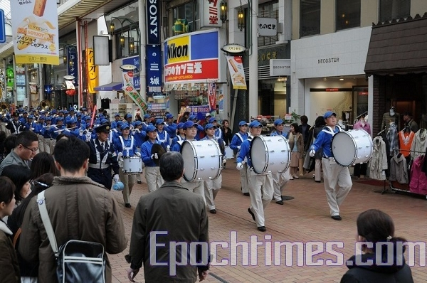 Небесный оркестр» движется по улицам Кобэ. Фото: Hong Kazuo/The Epoch Times