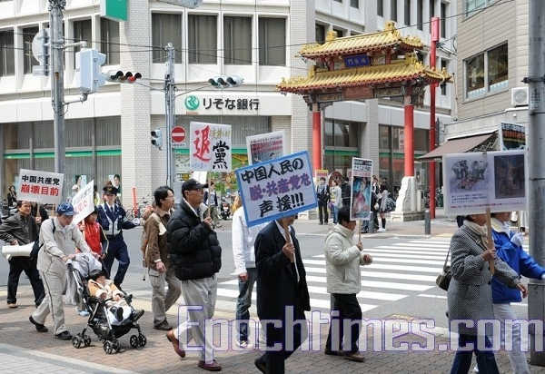 Колонна проходит через китайский квартал города. Фото: Hong Kazuo/The Epoch Times