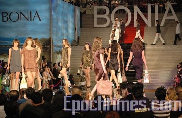 Показ коллекции BONIA в Малайзии. Фото: Гао Фэй/The Epoch Times