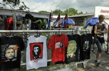 Турист подходит к уличному стенду, где продаются футболки с изображением Эрнесто «Че» Гевары. Фото: STR/AFP/Getty Images