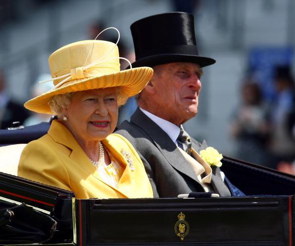 Королева Британии Елизавета Вторая (Queen Elizabeth II) и принц Филип (Prince Philip) на скачках Royal Ascot под Лондоном./Getty Images