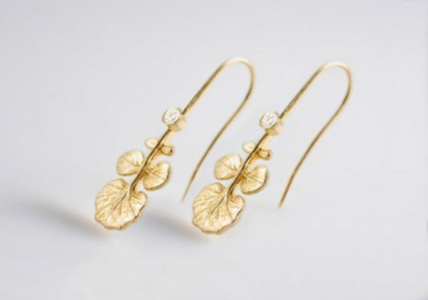 Современный стиль: золотые серьги с растительными мотивами. Фото: OdeToOrigin.com
