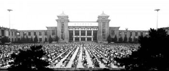 Море спокойствия. 10 000 практикующих Фалунь Дафа медитируют в китайском городе Шеньян. Фото: www.clearwisdom.net