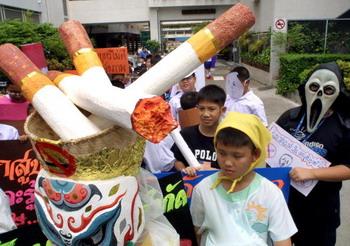 Студенты в Таиланде проводят акцию, направленную против курения. Фото: PORNCHAI KITTIWONGSAKUL/AFP/Getty Images