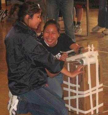 В  мае 2008 г., 10 студентов из Вегамоу Лэйк и Сачиго Лэйк смогли заочно участвовать в научной олимпиаде в Университете Нью-Йорка в Торонто. Фото любезно предоставлено Высшей школой интернета Кивэйтинука
