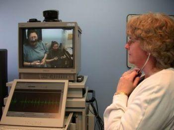 Видеоконференции и специальный стетоскоп даёт возможность прослушать сердце и дыхание пациента на расстоянии. Фото любезно предоставлено Кивэйтинук Окимаканак Телемедицина