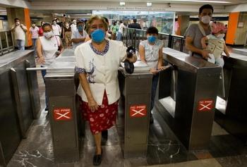 Мексиканцы в метро. Фото: ALFREDO ESTRELLA/AFP/Getty Images