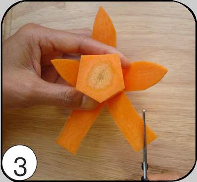 3. Форму лепестку придать при помощи ножниц.