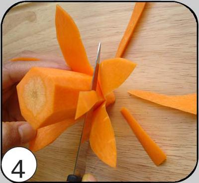 4. Удалить часть мякоти из-под лепестков первого ряда (сделать конус более тонким). Вырезать еще пять лепестков, расположив их в шахматном порядке относительно лепестков первого ряда. Аналогично сделать третий ряд.