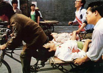 Рикша неистово крутит педали, увозя раненных студентов с площади Тяньаньмэнь 4 июня 1989. Фото: 64memo.com