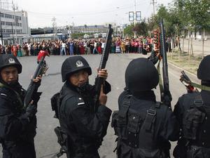 Вооруженные солдаты против безоружных жителей.  Урумчи, столица Автономного района Синьцзян 7 июля. AP Photo/Ng Han Guan