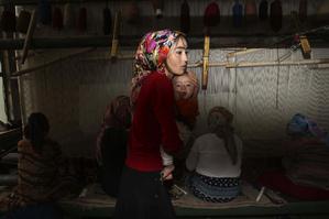 Несмотря на усилия уйгурского населения продолжать нормальную жизнь, ситуация остается напряженной. Изготовление ковров в Хотане. AP Photo/Elizabeth Dalziel