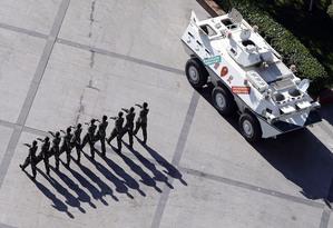 Военная полиция шагает по Народной площади Урумчи, Синьцзян. AP Photo/Eugene Hoshiko