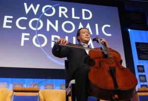 Виолончелист Йо-Йо Ма играет в  здании конгресса перед  получением Crystal Award на Всемирном Экономическом Форуме в январе этого года. Фото: Pierre Verdy/AFP/Getty Images