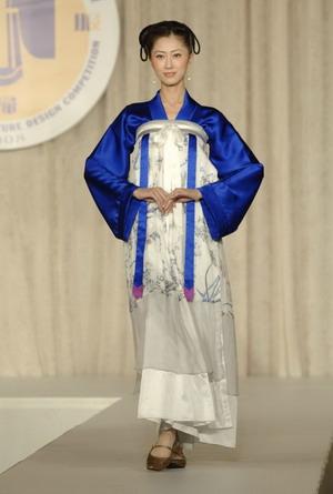 Золотая медаль: Модель «Мгновения» автора Ван Чжаоцин в номинации «Парадный костюм». Конкурс костюма династии Хань, организованный телевидением NTD состоялся в зале Принца Джорджа на Манхэттене 19 октября 2008 года. Фото: Эдвард Дай/Великая Эпоха