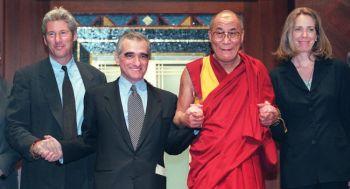 Актёр Ричард Гир, директор картины Мартин Скорсезе, Далайлама и продюсер/сценарист Мелисса Матисон на церемонии награждения фильма «Kundun» в Нью-Йорке