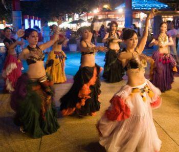 Группа танцует, следуя советам ведущей танцовщицы. Фото: Ник Рострон /Великая Эпоха