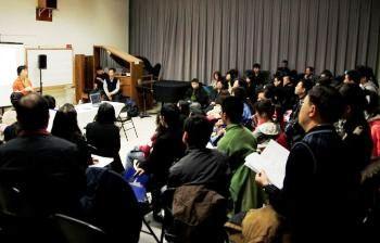 Инь Лэй из организационного комитета Международного конкурса пианистов телевидения NTD приветствует участников в колледже Хантера в Нью-Йорке. Фото: Великая Эпоха