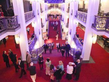 Фойе Фридрихштадтского дворца - место встреч в Берлине, а также популярный театр в центре столицы Германии. Фото: Маттиас Керайн /Великая Эпоха