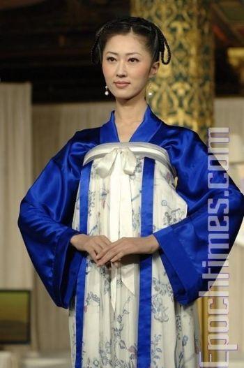 Модель «Мерцание», созданная Ван Чжаоцин, выиграла «золото» на Международном конкурсе китайского костюма. Фото: Дай Бин /Великая Эпоха