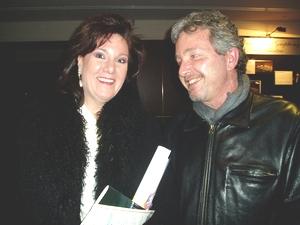 Учительница музыки госпожа Галловелл и дирижер Д. Сидин в восторге от шоу. Фото: Великая Эпоха