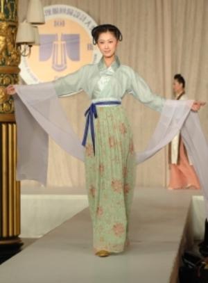 Манекенщица на Международном конкурсе китайского костюма 19 октября 2008 г. Фото: NTD