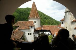 Туристы прогуливаются вокруг замка Бран, известного также как «замок Дракулы». Замок, который на самом деле совсем не страшен,  расположен в 200 кимлометрах от Бухареста, Румыния. Фото: Daniel Mihailescu /Getty Images