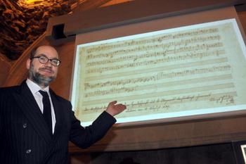Руководитель научных исследований в Международном Фонде Моцартеум Австрии, Ульрих Лейсингер, демонстрирует найденное 22 января 2009 года в Нанте, западной Франции неизданное произведение Моцарта, обнаруженное в муниципальных библиотечных архивах. Фото: FRANCK PERRY/AFP/Getty Images