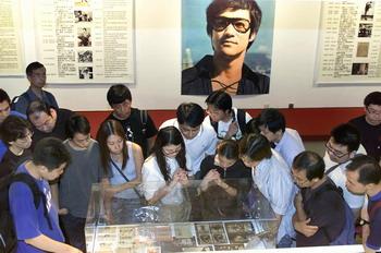 Поклонники на годовщине смерти кинозвезды, осматривают его личные вещи. Фото: THOMAS CHENG/AFP/Getty Images