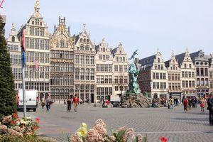 Антверпен в Бельгии отличается богатой городской культурой, как показывают эти древние дома патрициев на рыночной площади. (Дорис Реннекамп/www.pixelio.de)