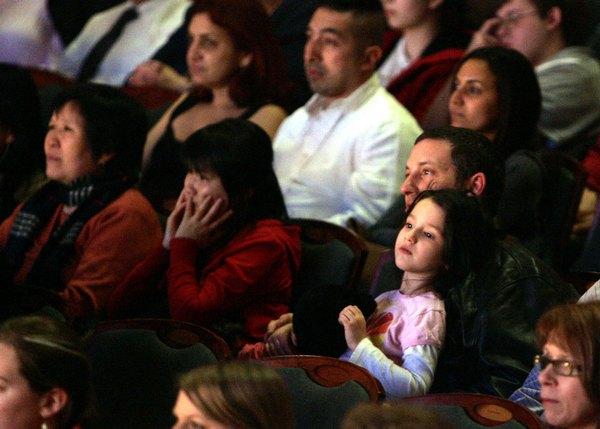 Зрители  заворожено смотрят шоу DPA