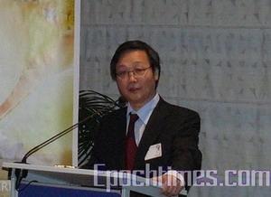 Представитель Европейской Ассоциации Фалунь Дафа, У Маньян выступил на пресс-конференции Европарламента. Фото: The Epoch Times