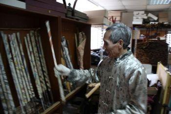 Чэнь смеется, он кладет обратно один из своих недоведенных мечей в стойку, с левой стороны. Завернутые в газету на чердаке, каждый стоит тысячи долларов. Фото: Матфей Робертсон /Великая Эпоха