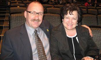 Член городского совета Рик МакИвер с женой. Фото: Великая эпоха
