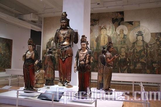 Деревянные Будда и Бодхисаттва. фото: Вэликая Эпоха