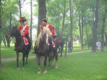 Конные гвардейцы приветствуют гостей. Фото: Татьяна Серебрякова/Великая Эпоха